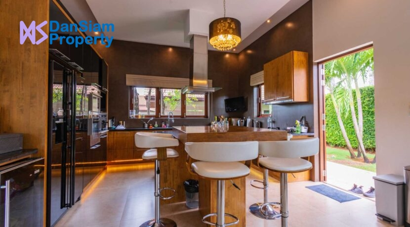 22 Kitchen with dining isle
