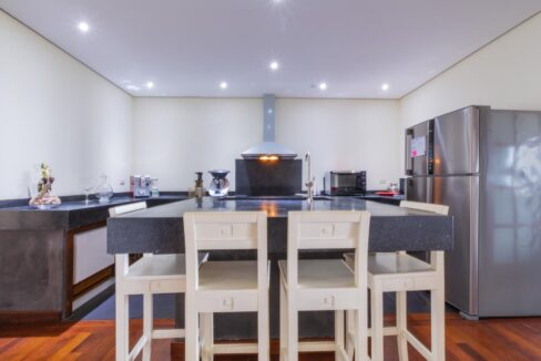 25 Fully fitted kitchen with dining island