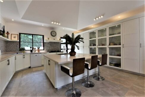 25A Fully fitted EU style kitchen
