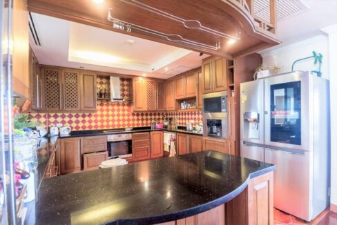 26 Fully fitted modern kitchen