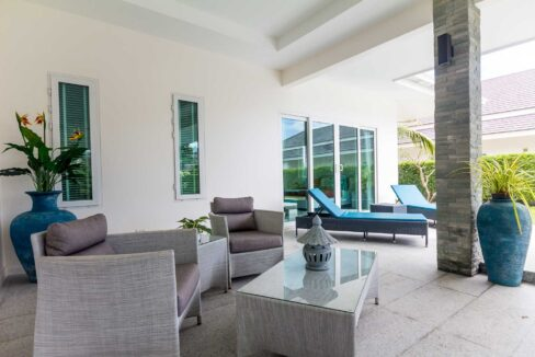 03B Large covered furnished terrace