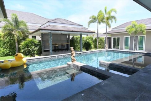 04 Large pool with jacuzzi and wetdeck