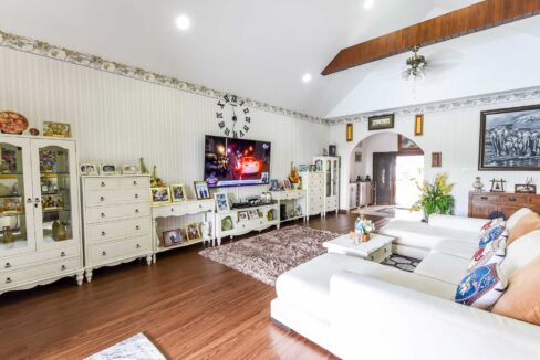12 Spacious living room