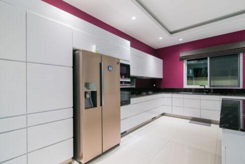 26 Ultra modern kitchen