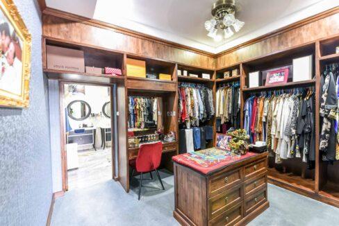 33 Walkin wardrobe
