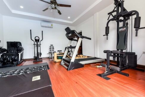 51 Well-equipped fitness room