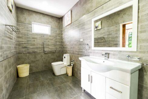 61B Ensuite bathroom