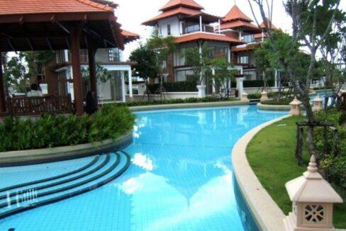 82 Large lagoon pool (15,000 sqm)