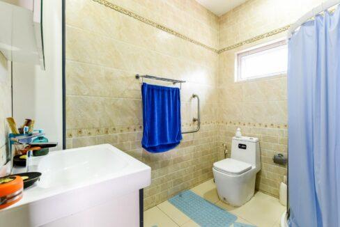 82C Ensuite bathroom#6