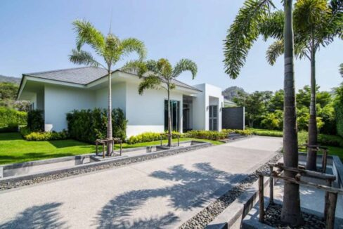 02 Impressive palm tree lined driveway