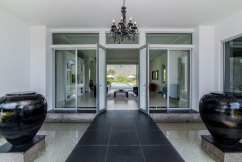 05 Grandiose villa entrance