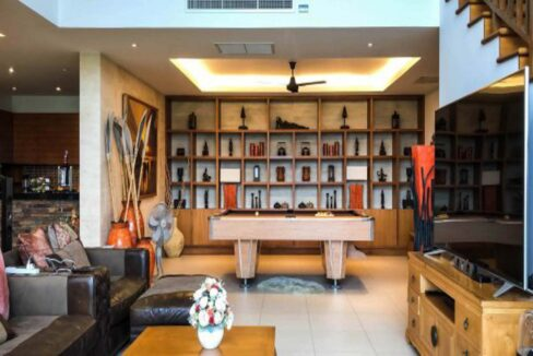 11 Spacious lounge with pool table