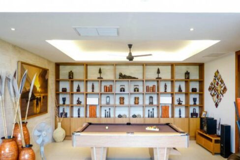 12 Spacious lounge with pool table