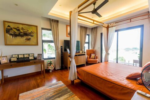 30C Spacious master bedroom